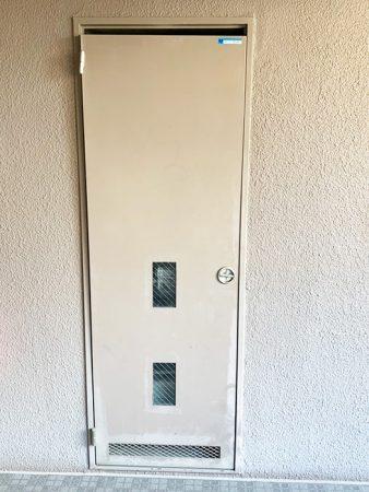 大風により歪んだドア