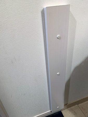 石膏ボードのため弱いので板をつけて補強